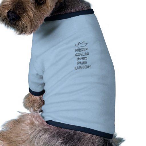 Guarde la calma y el almuerzo de pub camisetas de perrito