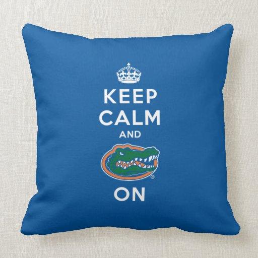 Guarde la calma y el azul del cocodrilo encendido  almohadas