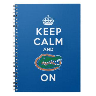 Guarde la calma y el azul del cocodrilo encendido  cuaderno