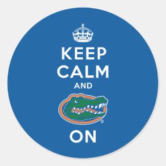 Guarde la calma y el azul del cocodrilo encendido etiqueta redonda