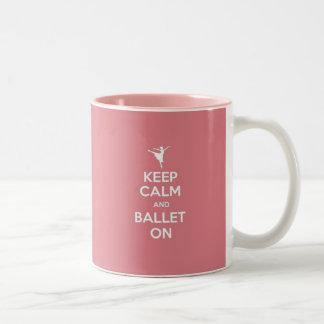 Guarde la calma y el ballet encendido taza de café de dos colores