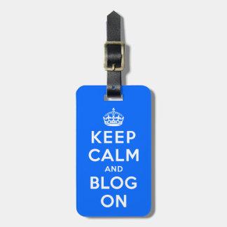 Guarde la calma y el blog encendido etiquetas maleta