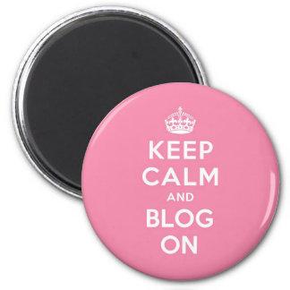 Guarde la calma y el blog encendido imán redondo 5 cm
