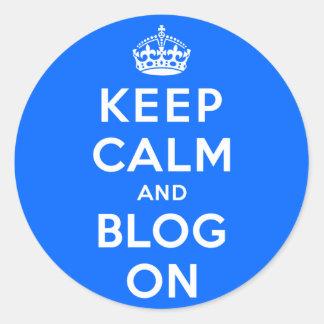 Guarde la calma y el blog encendido pegatina redonda
