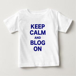 Guarde la calma y el blog encendido playera para bebé