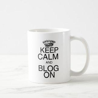 Guarde la calma y el blog encendido taza