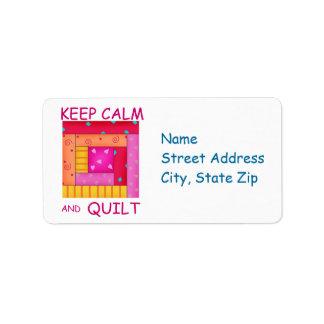 Guarde la calma y el bloque colorido de la cabaña etiquetas de dirección