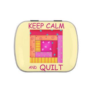 Guarde la calma y el bloque colorido de la cabaña latas de caramelos