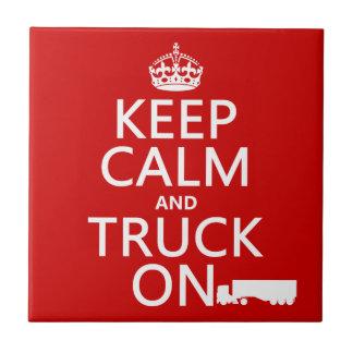 Guarde la calma y el camión en (en cualquier azulejo cuadrado pequeño