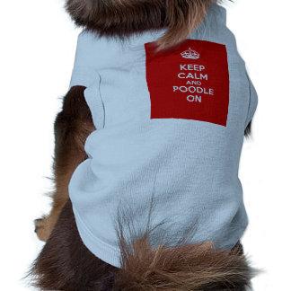 Guarde la calma y el caniche encendido camisetas mascota