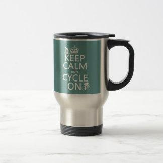 Guarde la calma y el ciclo en en cualquier color tazas de café