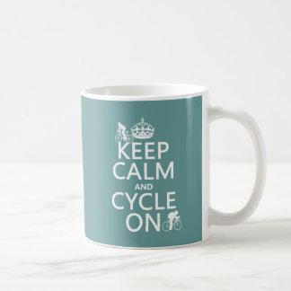 Guarde la calma y el ciclo en (en cualquier color) taza de café