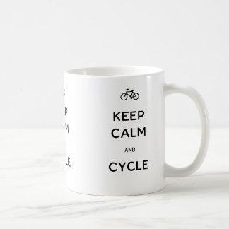 Guarde la calma y el ciclo taza