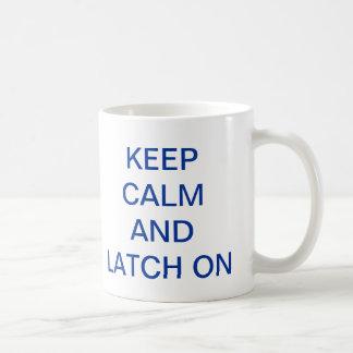 Guarde la calma y el cierre en la taza