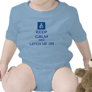 Guarde la calma y el cierre en mono del bebé camiseta