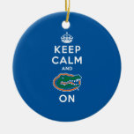 Guarde la calma y el cocodrilo encendido adorno navideño redondo de cerámica