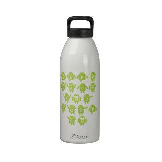Guarde la calma y el código en el analista de prog botella de agua