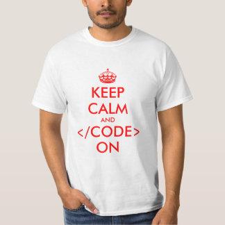 Guarde la calma y el código en empollón programado camisas