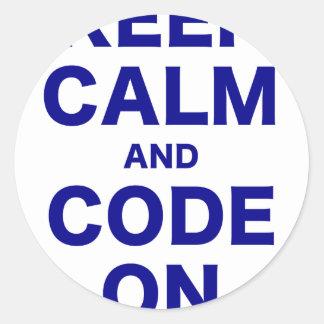 Guarde la calma y el código encendido etiqueta redonda
