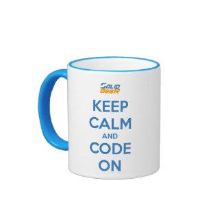 Guarde la calma y el código taza de dos colores