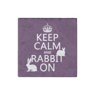 Guarde la calma y el conejo encendido - todos los imán de piedra