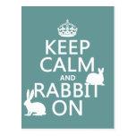 Guarde la calma y el conejo encendido - todos los  tarjeta postal