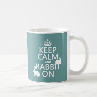 Guarde la calma y el conejo encendido - todos los taza