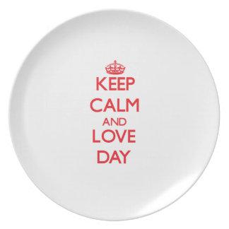 Guarde la calma y el día del amor plato de comida