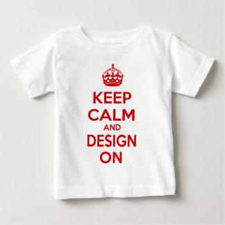 Guarde la calma y el diseño encendido t-shirt
