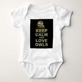 Guarde la calma y el diseño único del arte de la body para bebé