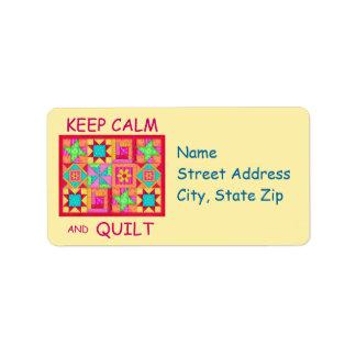 Guarde la calma y el edredón de remiendo multi del etiquetas de dirección
