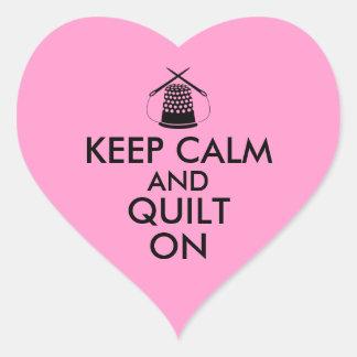 Guarde la calma y el edredón en agujas de costura pegatina en forma de corazón