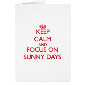 Guarde la calma y el foco el días soleados tarjeta de felicitación