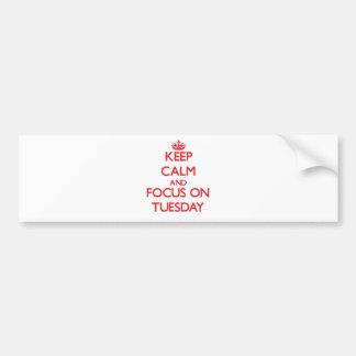 Guarde la calma y el foco el martes etiqueta de parachoque