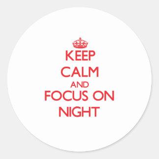 Guarde la calma y el foco el noche pegatina redonda