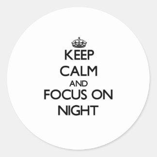 Guarde la calma y el foco el noche etiquetas redondas