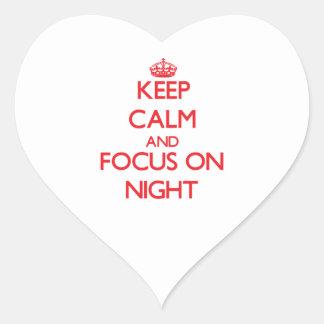 Guarde la calma y el foco el noche pegatina de corazón