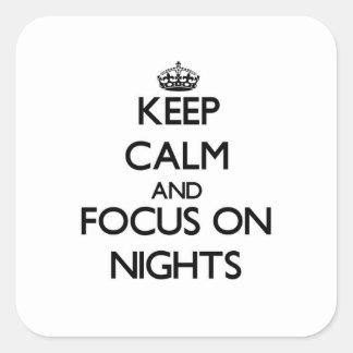 Guarde la calma y el foco el noches calcomanía cuadrada