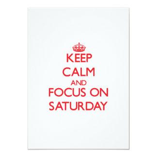 Guarde la calma y el foco el sábado invitación 12,7 x 17,8 cm