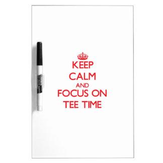 Guarde la calma y el foco el tiempo de la camiseta pizarras