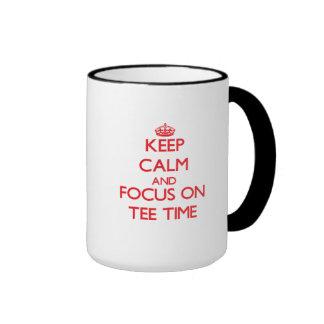 Guarde la calma y el foco el tiempo de la camiseta tazas de café