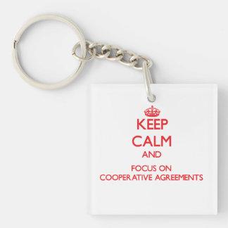 Guarde la calma y el foco en acuerdos cooperativos llavero cuadrado acrílico a doble cara