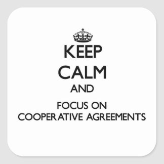 Guarde la calma y el foco en acuerdos cooperativos pegatina cuadrada