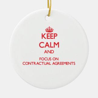 Guarde la calma y el foco en acuerdos adorno redondo de cerámica