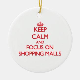 Guarde la calma y el foco en alamedas de compras adorno navideño redondo de cerámica