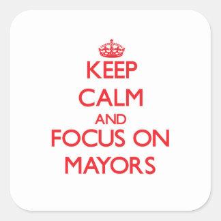 Guarde la calma y el foco en alcaldes pegatina cuadradas personalizada