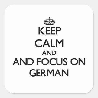 Guarde la calma y el foco en alemán calcomania cuadradas