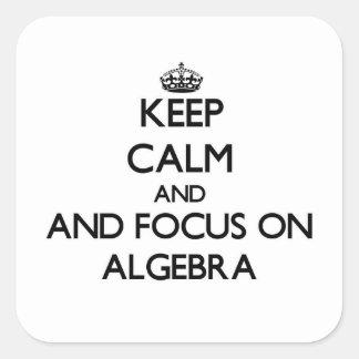 Guarde la calma y el foco en álgebra pegatina cuadrada