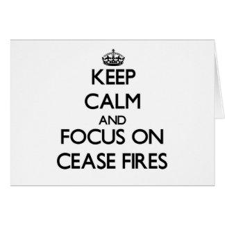 Guarde la calma y el foco en altos el fuego tarjeta pequeña