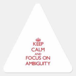 Guarde la calma y el foco en AMBIGÜEDAD Pegatina Triangular